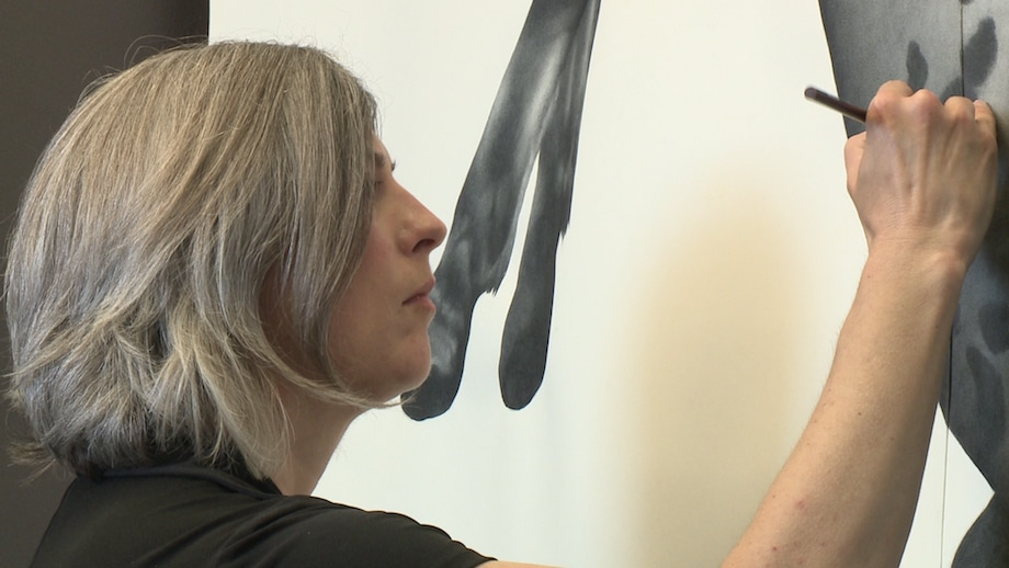 Artist Larassa Kabel working in her studio